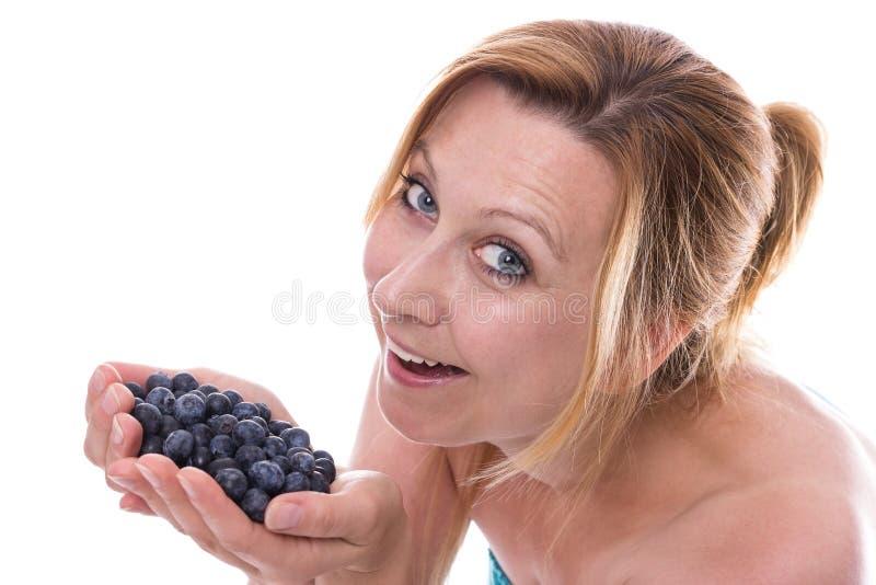 Frau mit Blaubeeren stockfoto