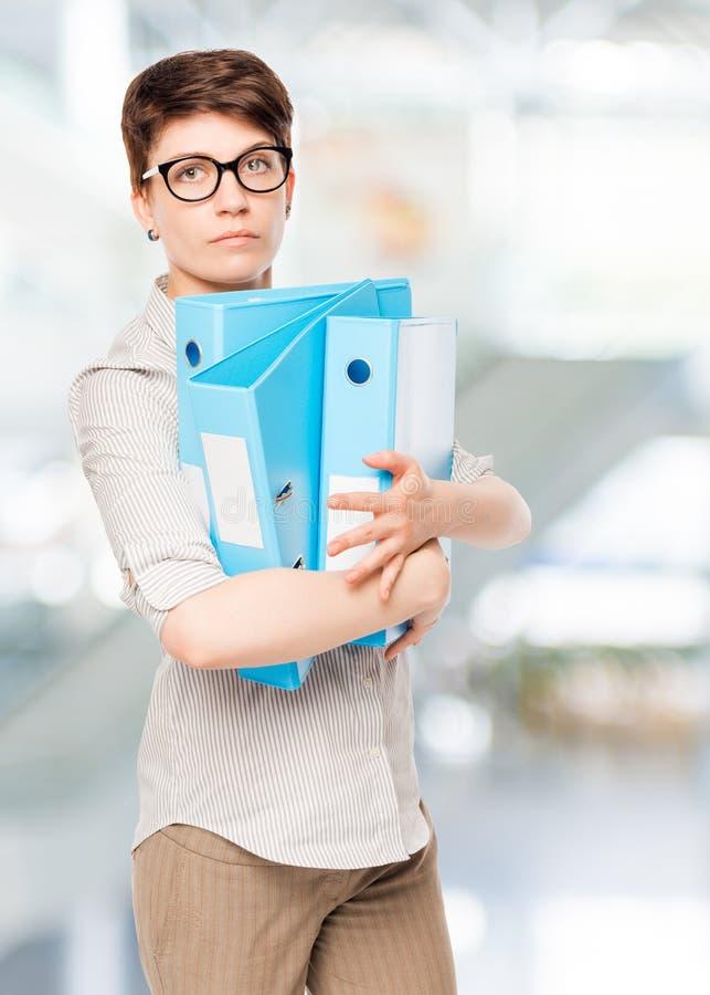 Frau mit blauem Ordner für Dokumente stockbilder