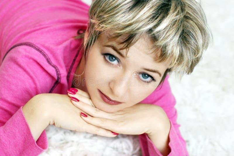 Frau mit blauen Augen lizenzfreie stockfotos