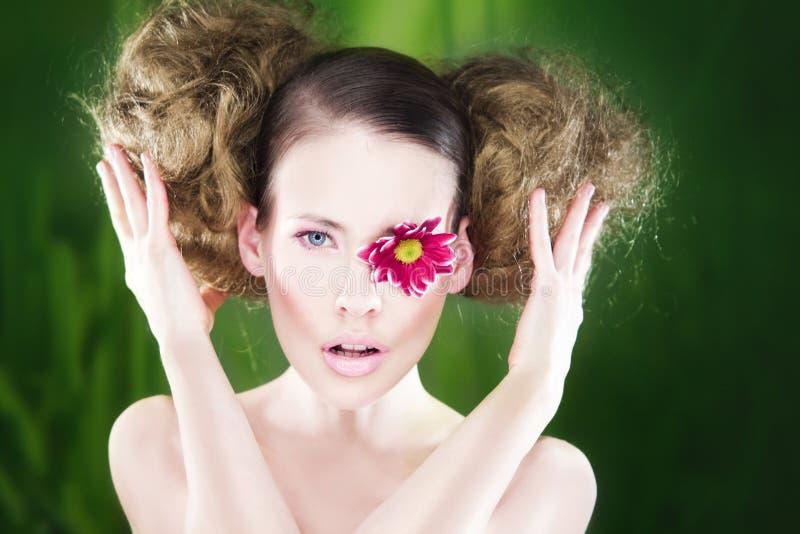 Frau mit Blume auf Auge lizenzfreie stockfotos