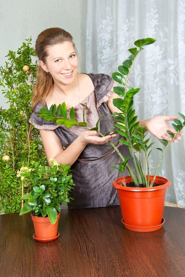 Frau mit Blumen stockfotografie