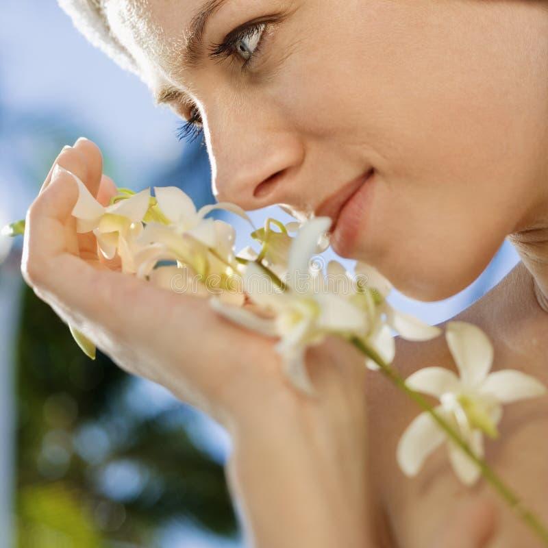 Frau mit Blumen. stockfotografie