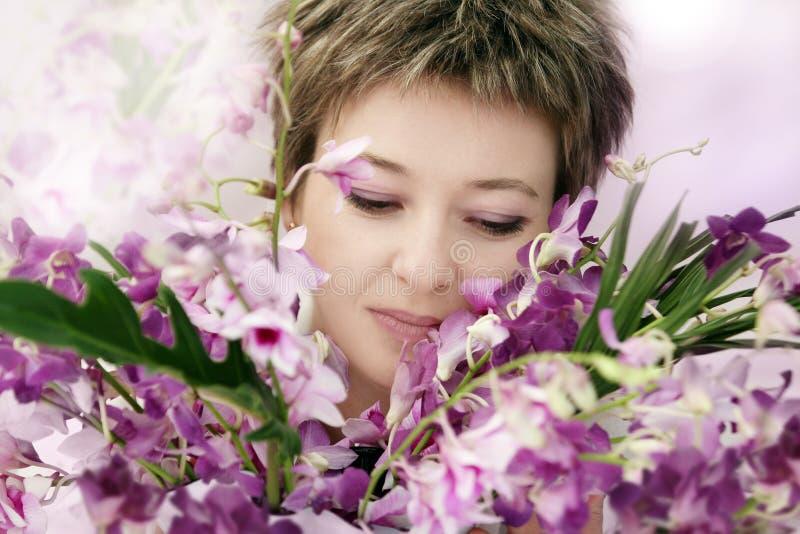 Frau mit Blumen lizenzfreies stockfoto