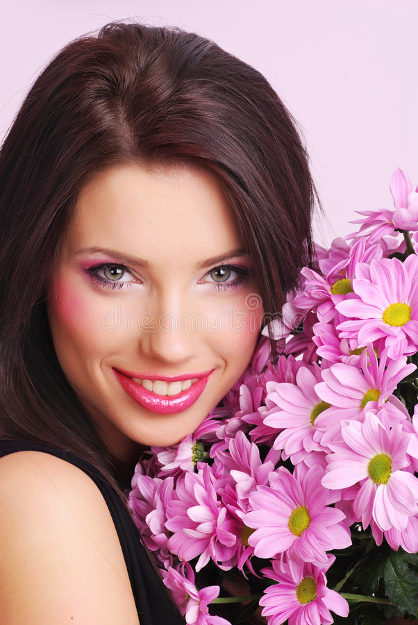 Frau mit Blumen lizenzfreie stockfotos