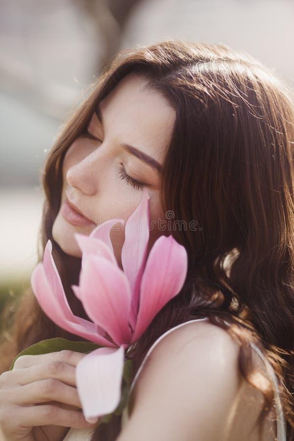 Frau mit Blumen draußen lizenzfreie stockfotos
