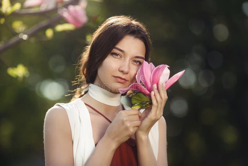 Frau mit Blumen draußen lizenzfreies stockbild