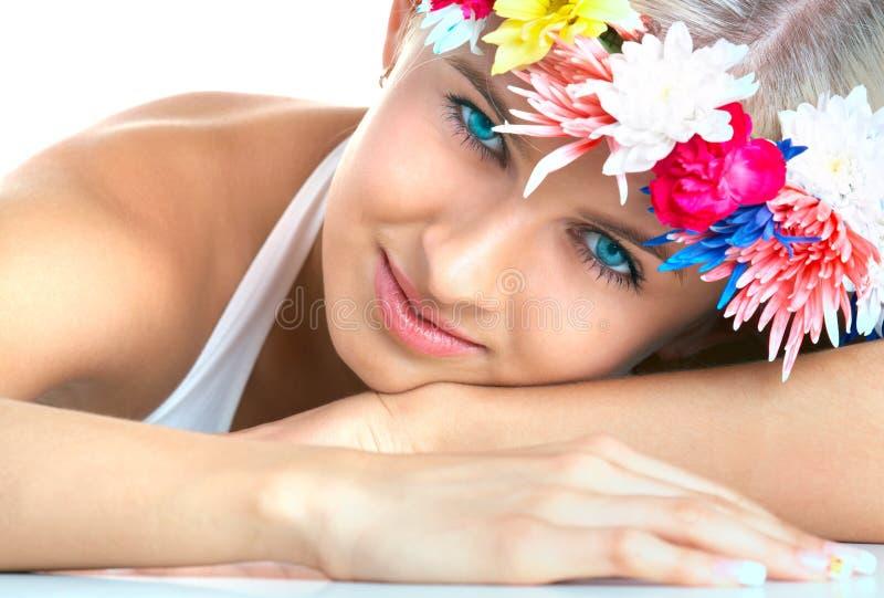 Frau mit Blumenstirnband stockfotos
