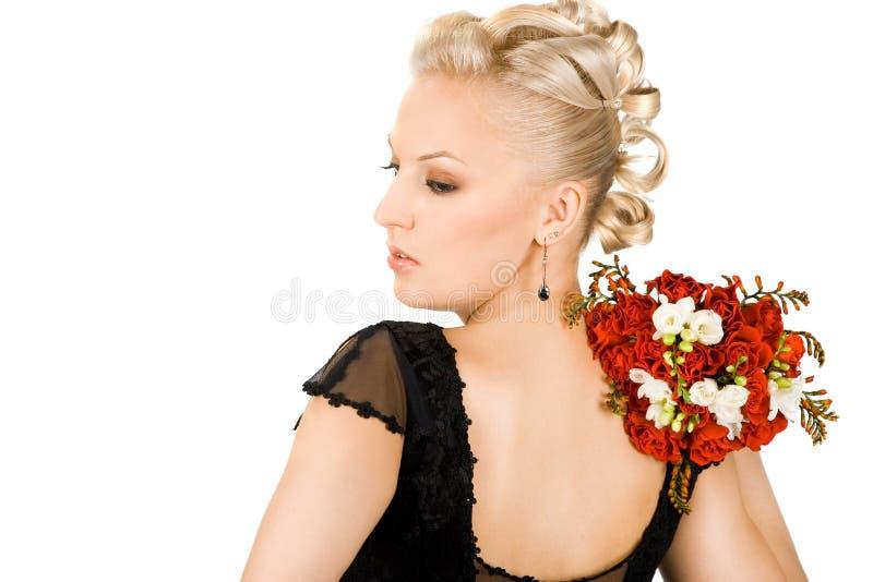 Frau mit Blumenstrauß lizenzfreies stockbild