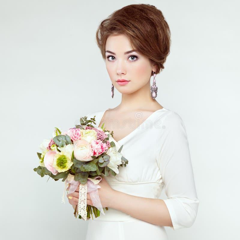 Frau mit Blumenstrauß von Blumen in ihren Händen stockfoto
