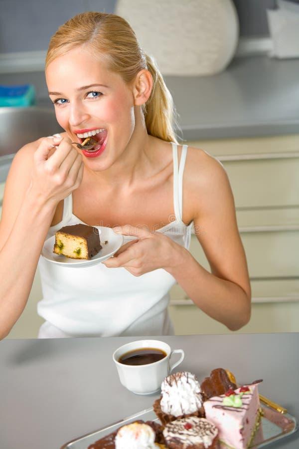 Frau mit Bonbons an der Küche lizenzfreie stockbilder
