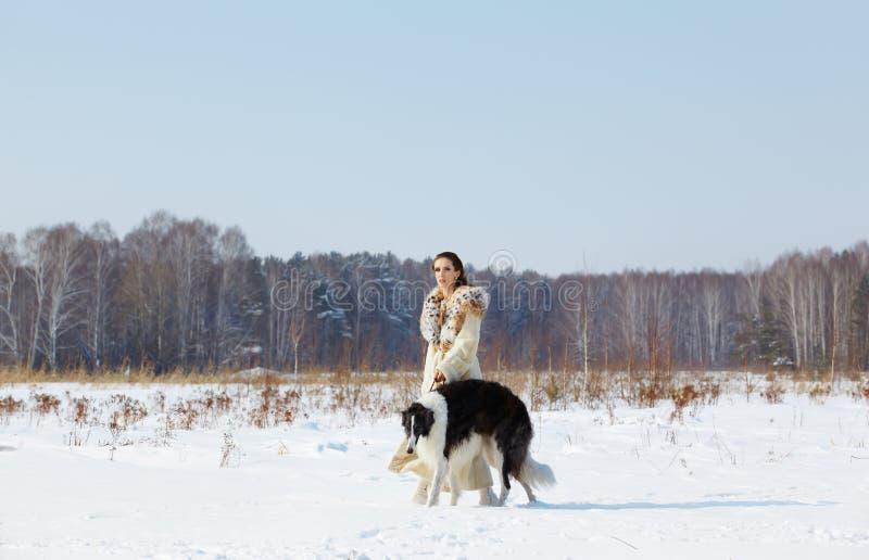 Frau mit Borzoi draußen lizenzfreie stockfotos