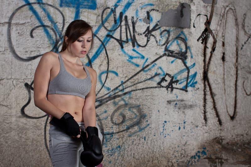 Frau mit Boxerhandschuhen lizenzfreie stockfotos