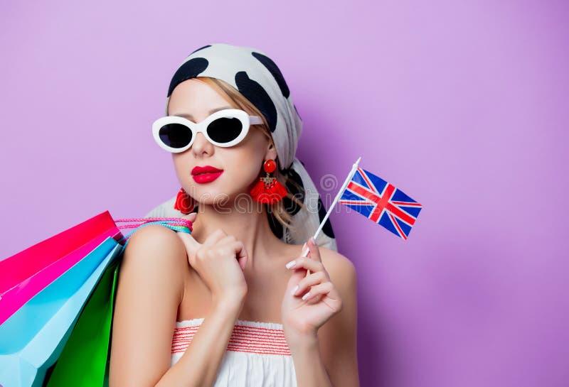 Frau mit BRITISCHER Flagge und Einkaufstaschen stockbild