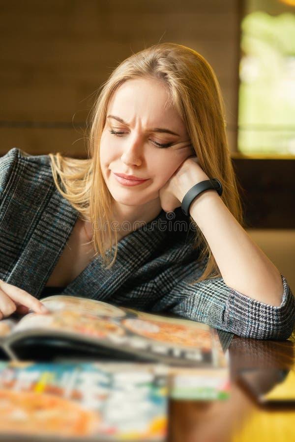 Frau mit Broschüre stockbilder