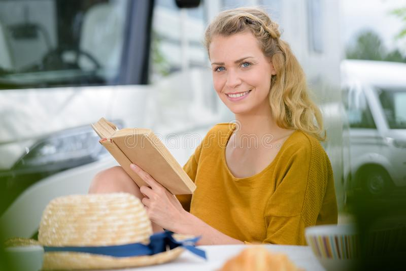 Frau mit Buch drau?en lizenzfreie stockfotografie