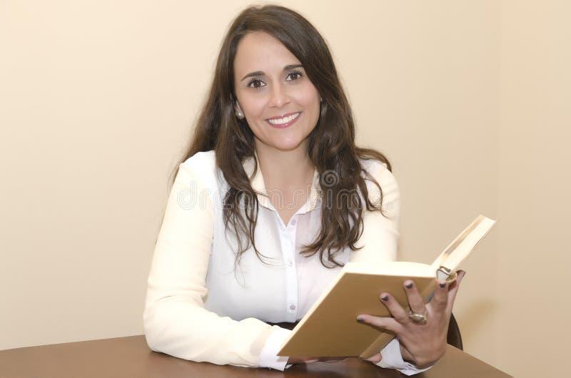 Frau mit Buch und dem Lächeln stockfotografie