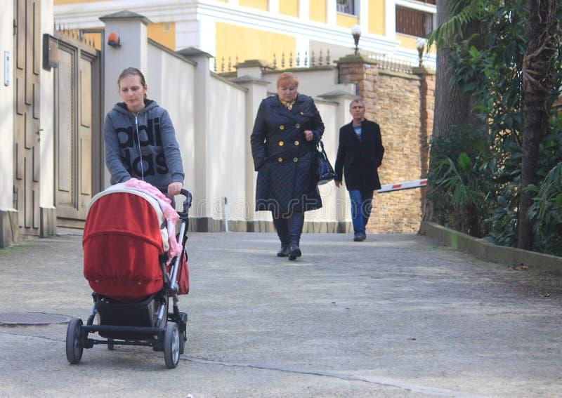 Frau mit Buggy und 2 anderen passerbys, Sochi stockfotos