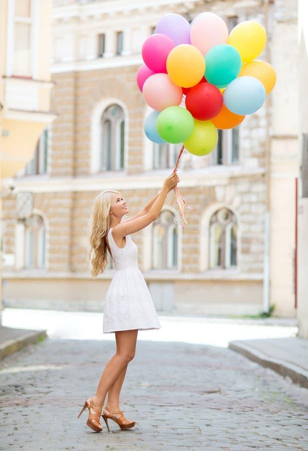 Frau mit bunten Ballonen stockfotografie
