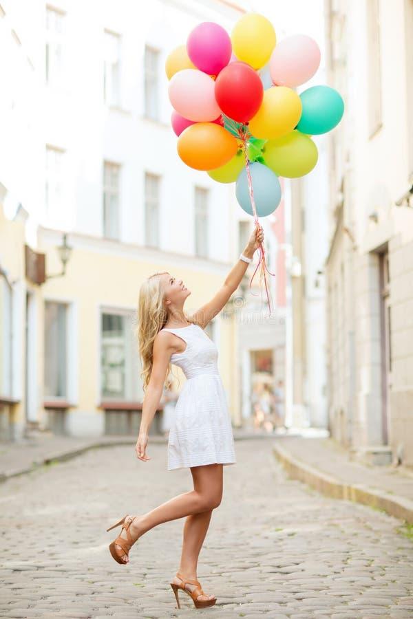 Frau mit bunten Ballonen lizenzfreies stockfoto