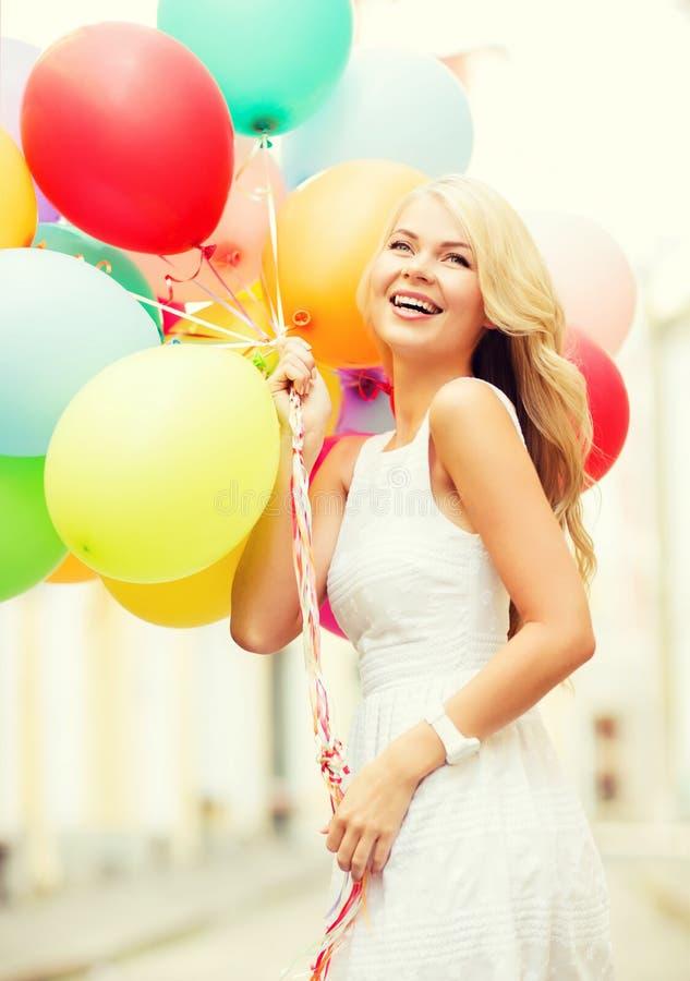 Frau mit bunten Ballonen stockfotos