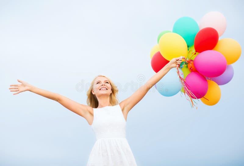 Frau mit bunten Ballonen draußen lizenzfreie stockbilder