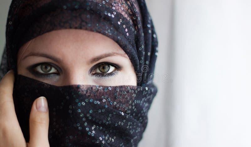 Frau mit Burqa stockbild