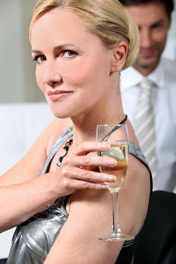 Frau mit Champagnerflöte stockfotografie