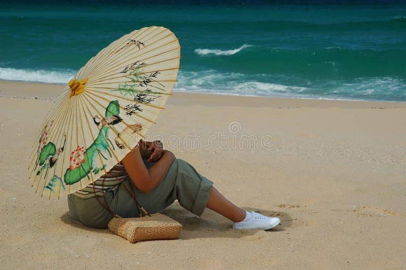 Frau mit chinesischem Regenschirm lizenzfreie stockbilder