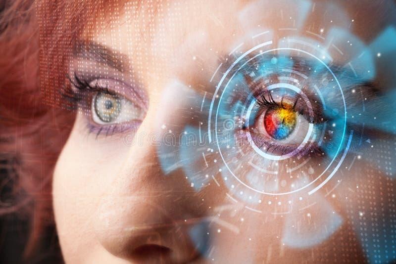 Frau mit Cybertechnologieaugen-Plattenkonzept stockfotografie