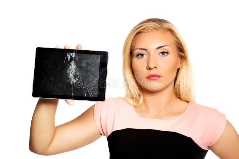 Frau mit defekter Tablette stockbild