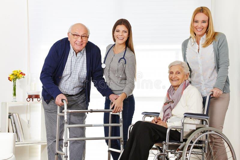 Frau mit dem älteren Paarerhalten lizenzfreie stockfotos