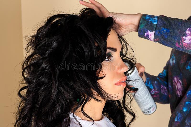 Frau mit dem ausgezeichneten gelockten Haar stockbild