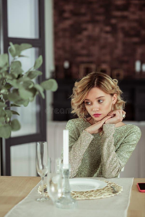 Frau mit dem betroffenen Warten des kurzen Haares Gefühl geliebt lizenzfreies stockfoto