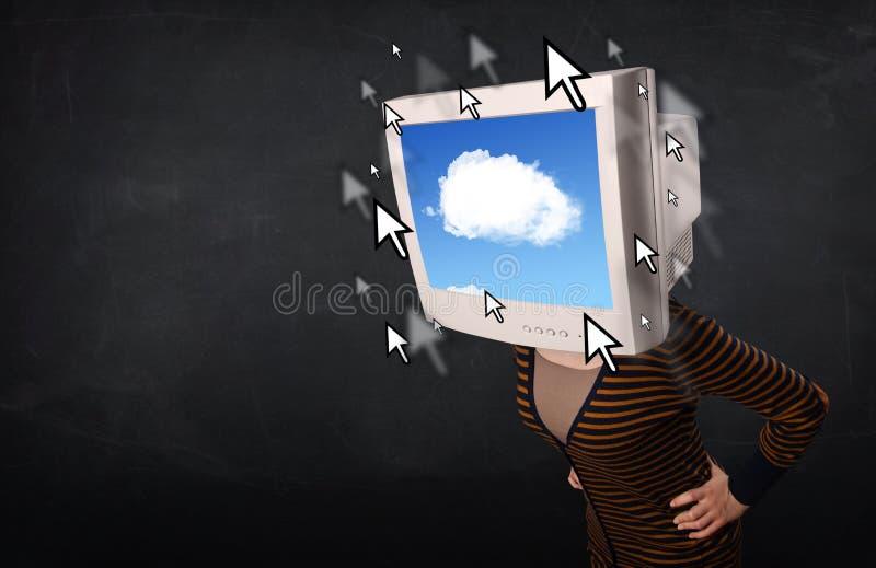 Frau mit dem Bildschirm und Wolke, die auf dem Schirm rechnen stockfotos