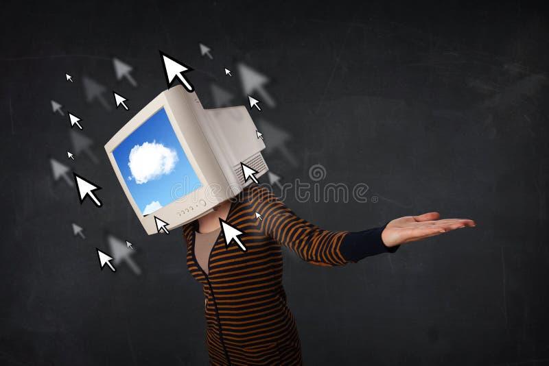 Frau mit dem Bildschirm und Wolke, die auf dem Schirm rechnen stockbild