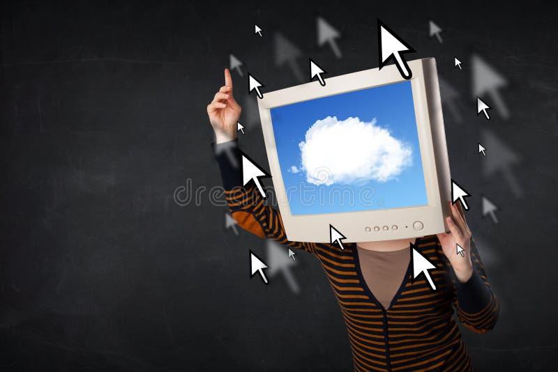 Frau mit dem Bildschirm und Wolke, die auf dem Schirm rechnen stockfoto