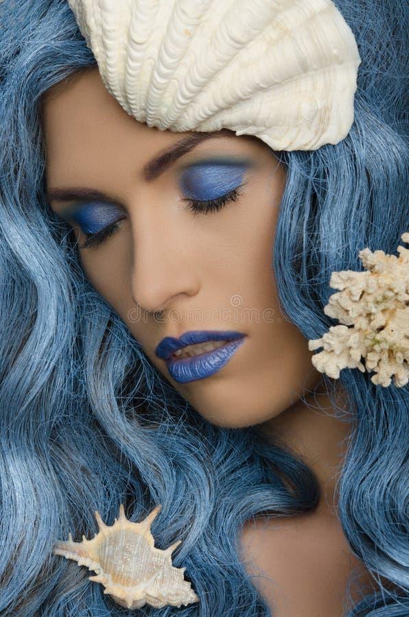 Frau mit dem blauen Haar und den Muscheln stockfotos