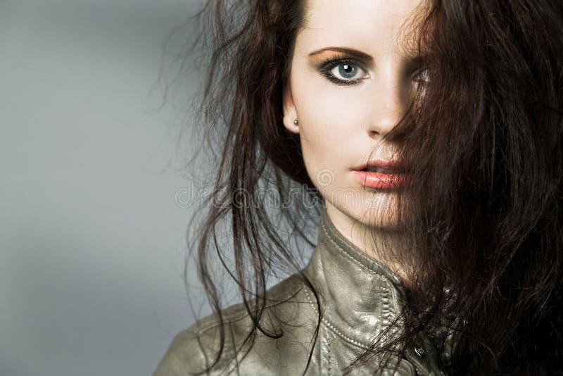 Frau mit dem dunklen lockigen Haar. stockfotos