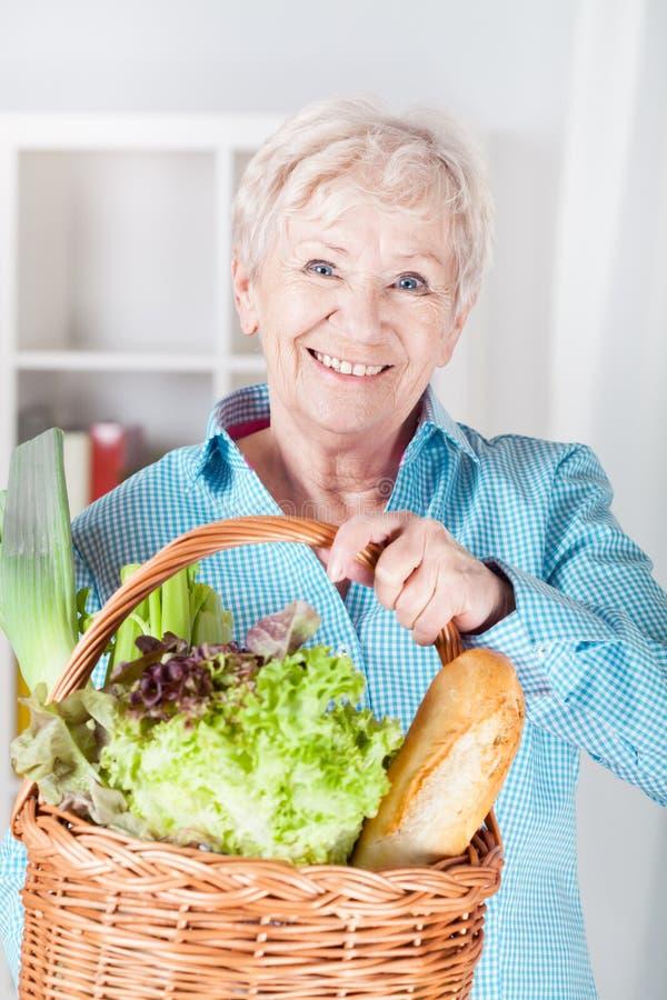 Frau mit dem Einkaufen stockfoto