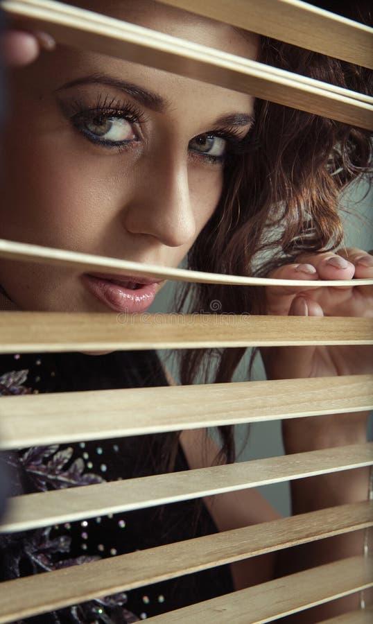 Frau mit dem erstaunlichen Blick stockbilder