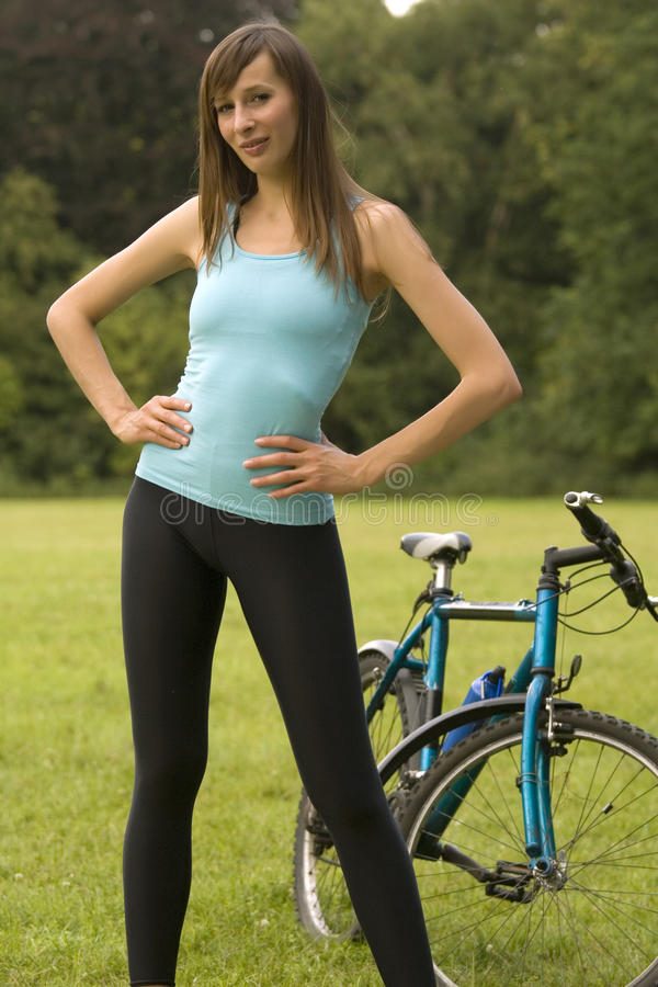 Frau mit dem Fahrrad im Freien stockfotografie