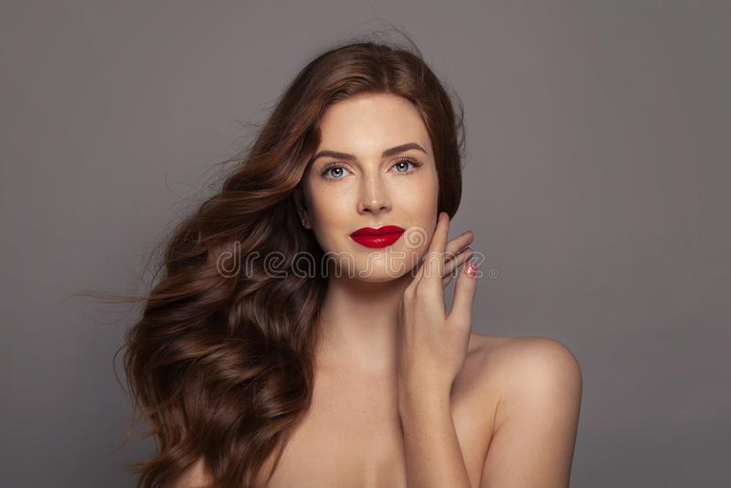 Frau mit dem gelockten Haar des Ingwers, perfektes weibliches Gesicht Rote behaarte Frau des Portraits stockfotos