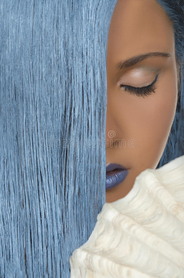 Frau mit dem geraden blauen Haar, Oberteile, geschlossene Augen lizenzfreie stockbilder