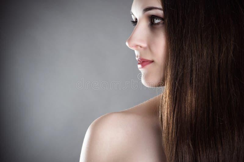 Frau mit dem gesunden Haar stockfotografie