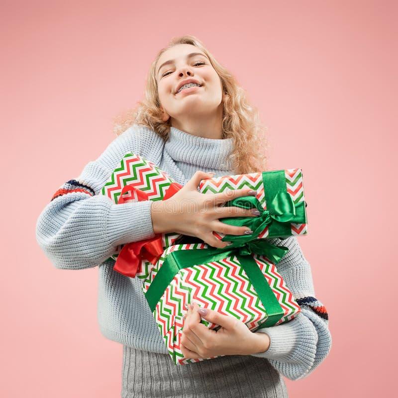 Frau mit dem großen schönen Lächeln, das bunte Geschenkboxen hält stockfoto