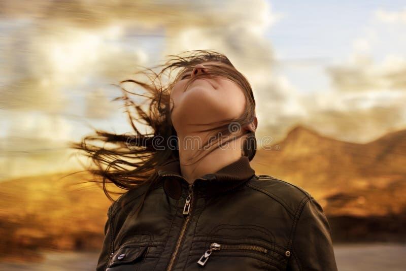 Frau im Wind lizenzfreie stockfotos