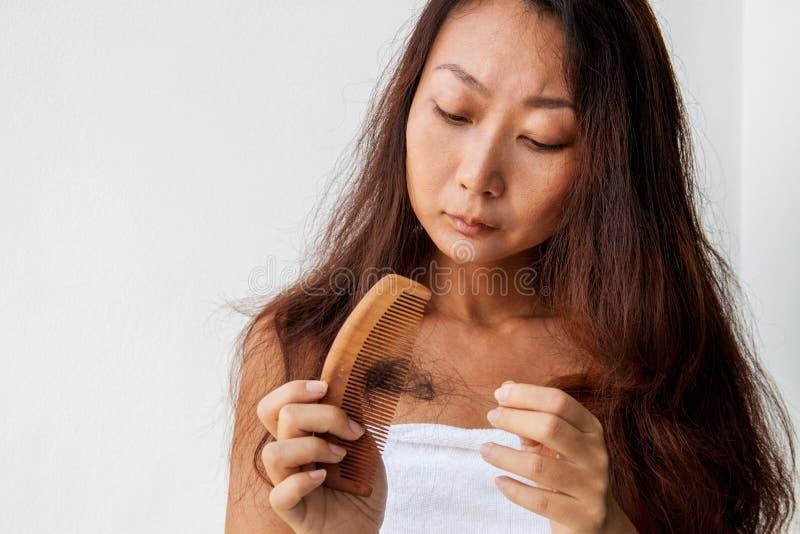 Frau mit dem Haar und Kamm in der Hand Haarausfallkonzept lizenzfreies stockbild