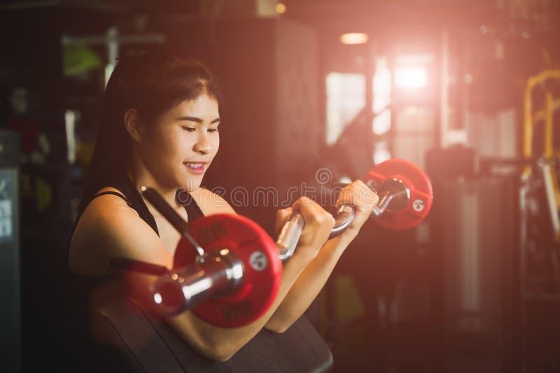 Frau mit dem Handeln von Übungen mit Barbell Eignung, Bodybuilding, Übung und gesundes Lebensstilkonzept stockfotos