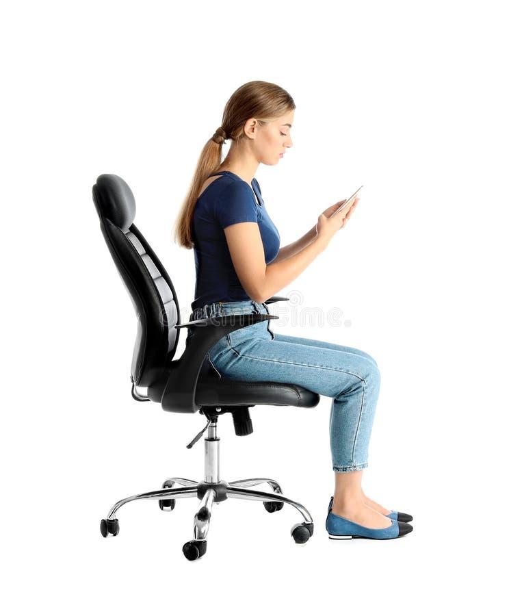 Frau mit dem Handy, der im Bürostuhl sitzt lizenzfreies stockfoto