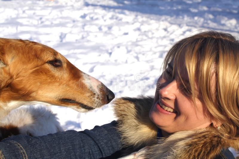 Frau mit dem Hund stockfotos